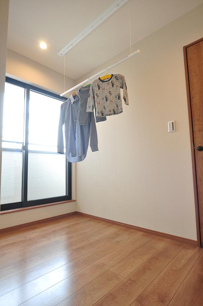 ゆとりを持たせた2階ホールにも室内物干を設置