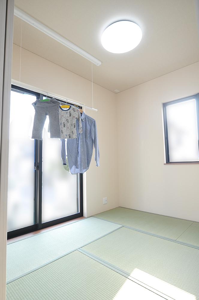 天井物干を設置した、日当たりが良くさっと間仕切ることのできる和室