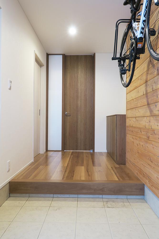 玄関ホールからリビングへ続く扉は明り取りのガラスを組み合わせたハイドアを設置