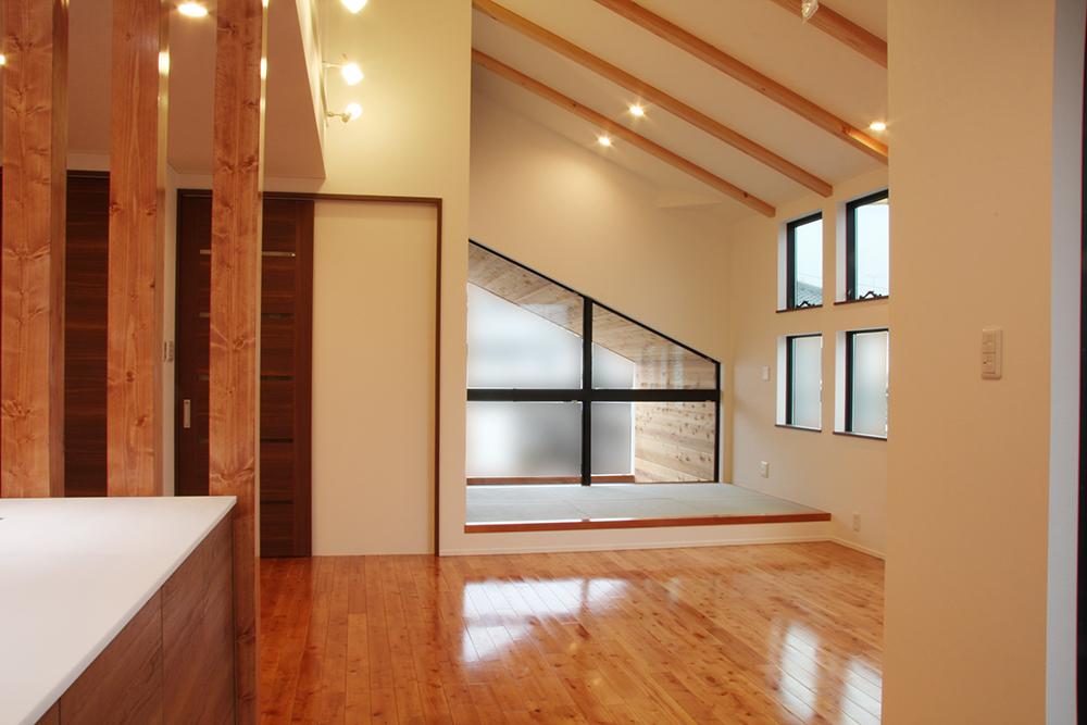三角窓と傾斜天井の家