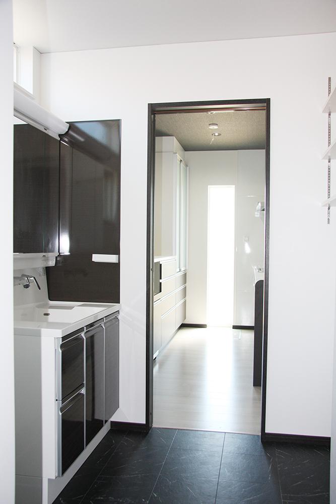 キッチンからアクセスの良い位置にある洗面脱衣室