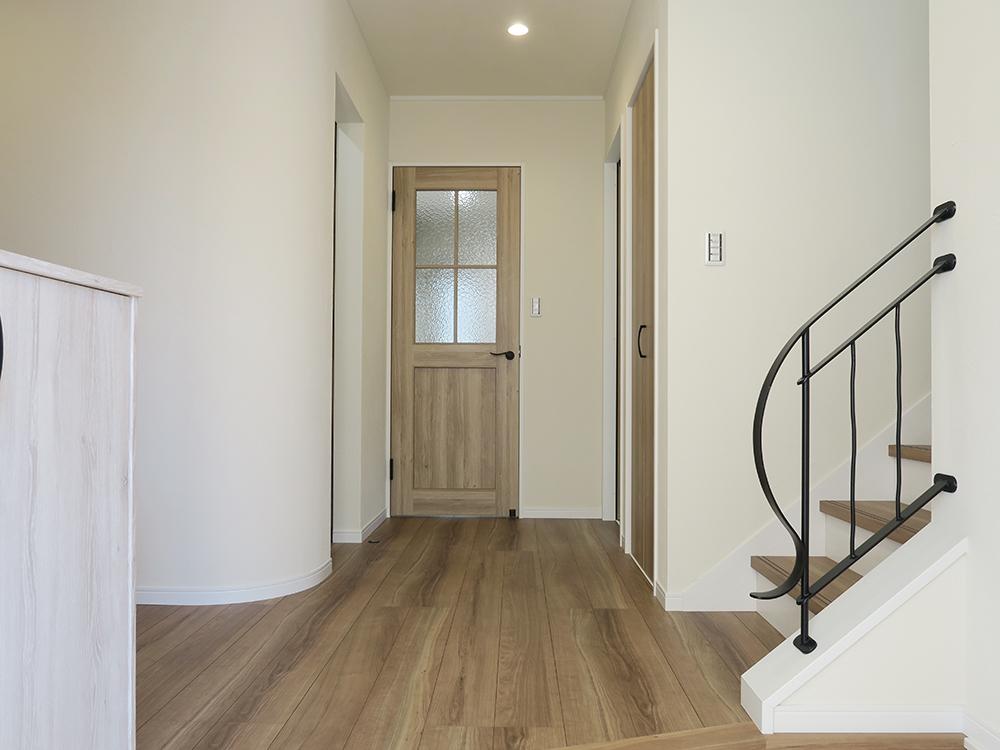丸っこい角の無い壁が暖かみのある印象を醸し出す玄関ホール