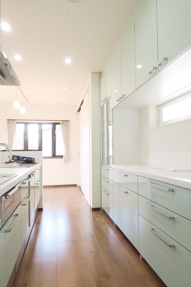 収納力と使いやすさを重視した配列のキッチン