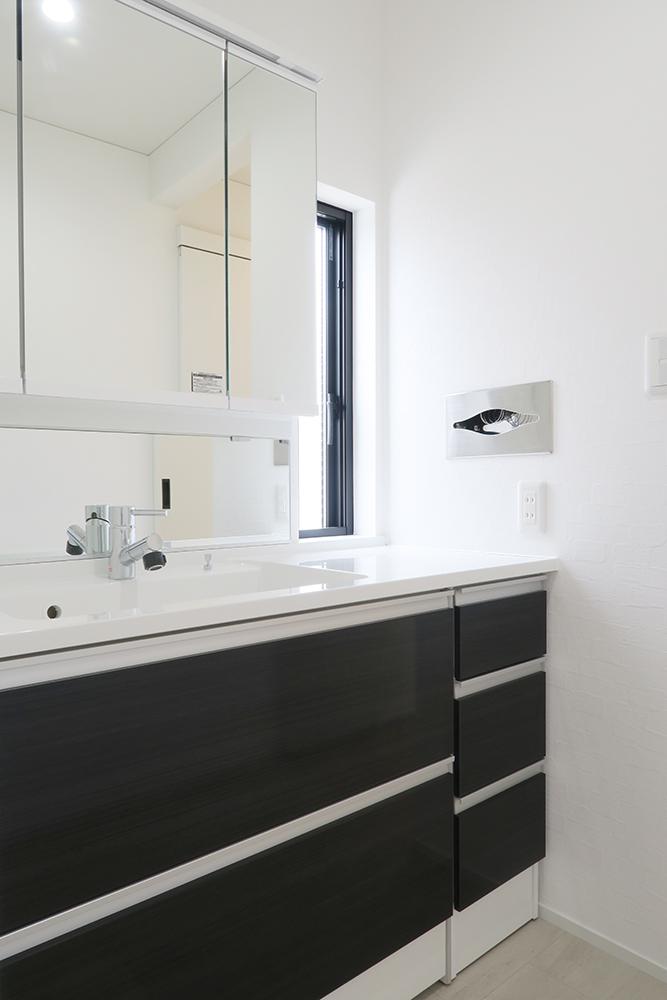 柔らかな自然光が入る洗面 ペーパータオルホルダーを壁面に埋め込み、清潔ですっきりとした場所に