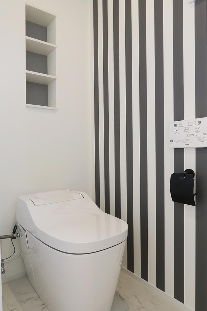 ポップな柄の壁紙を使ったトイレ 色使いに配慮して纏まりのある空間に