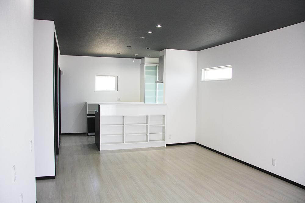 明るい床と壁の色に対して天井をダークな色調に抑えた、落ち着きのあるLDK