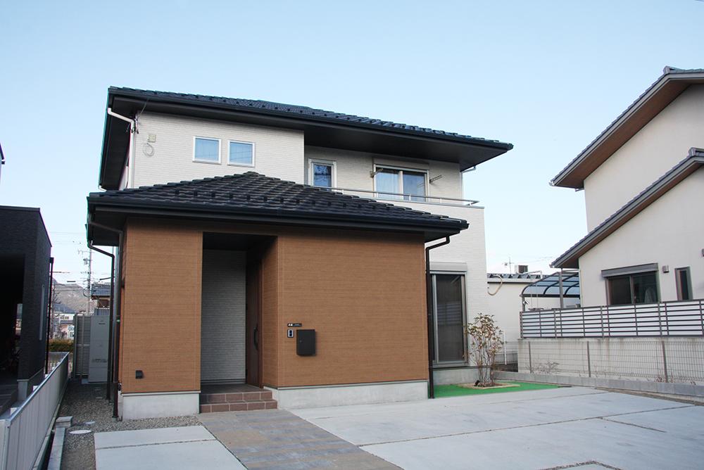 安定感のある寄棟瓦屋根の外観
