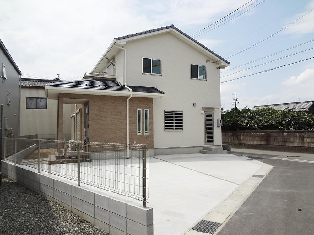 瓦屋根の二世帯住宅