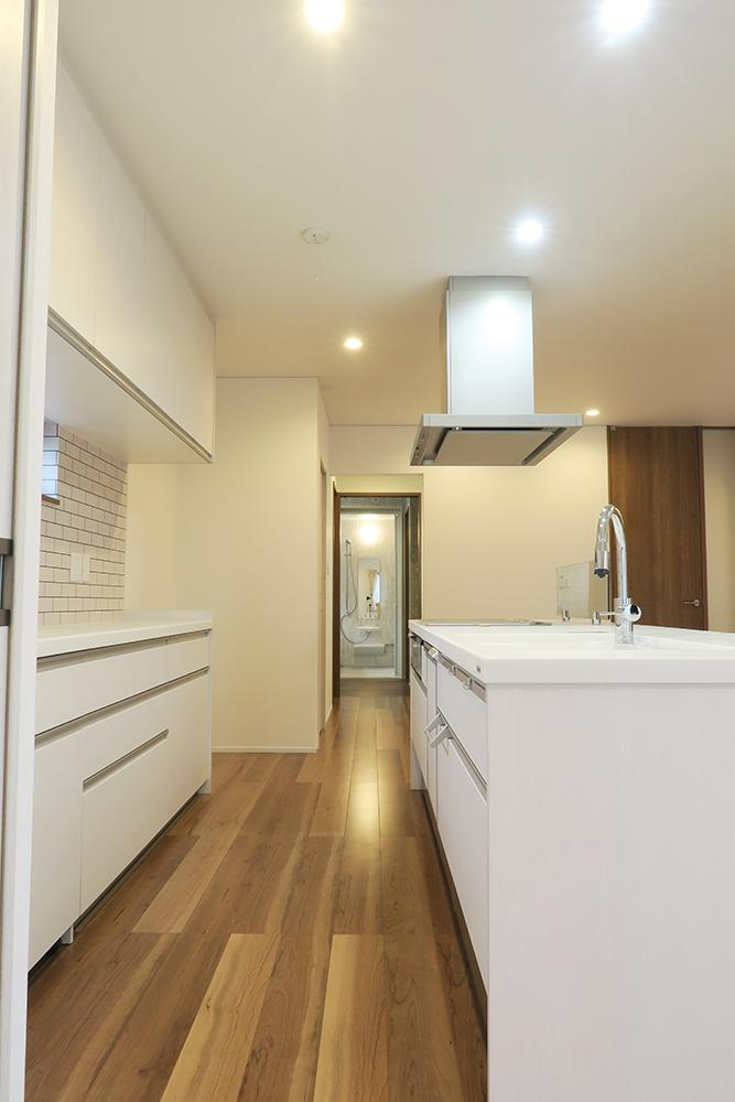 キッチンから脱衣場までまっすぐ続く簡潔な洗濯動線
