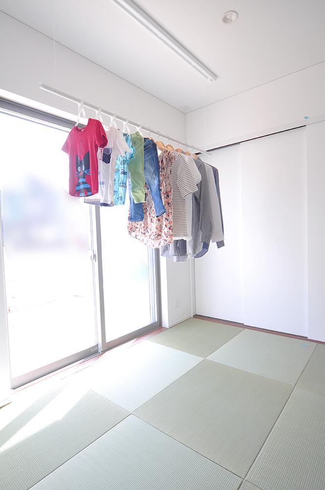 日当たり良く、サッと間仕切ることが出来て、室内物干スペースにもなる和室