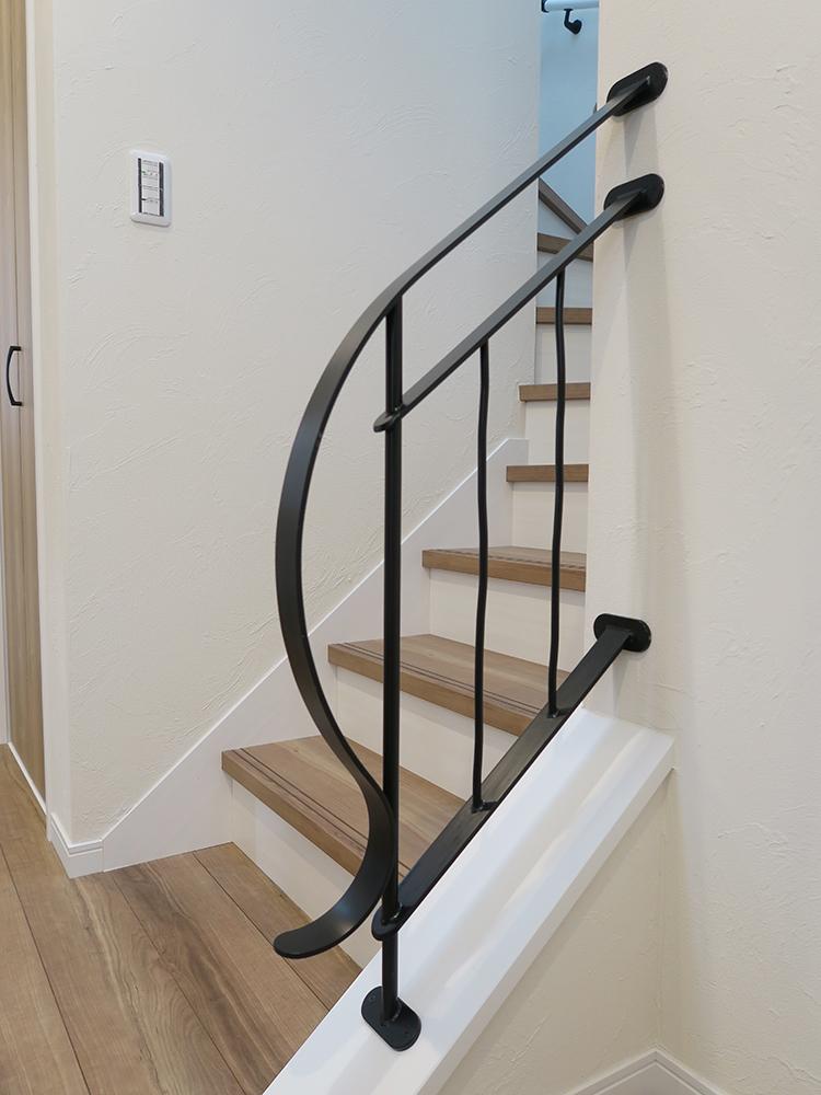丸みが可愛らしいオリジナルデザインの階段手摺